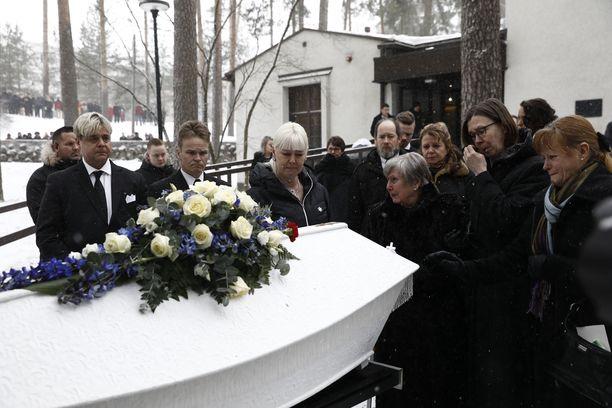 Pia-leski murtui kyyneliin arkun äärellä. Myös Matin siskot ja äiti surivat vierellä.
