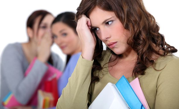 Jälkikäteen lähetetty kannustava viesti voi auttaa kiusattua. Aikuiset eivät aina huomaa nuorten joutumista kiusatuiksi.