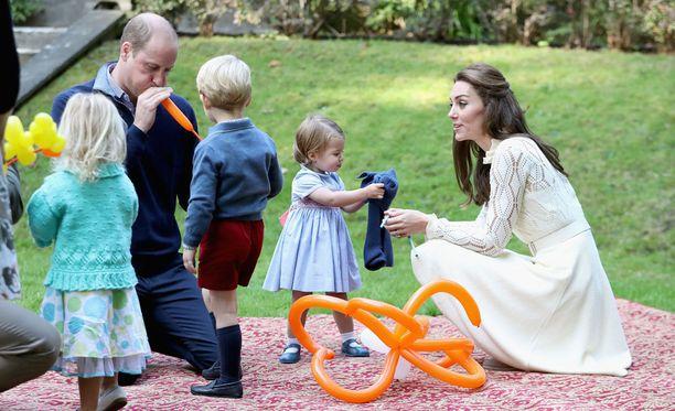 Prinssi William puhalsi pojalleen ilmapalloa.