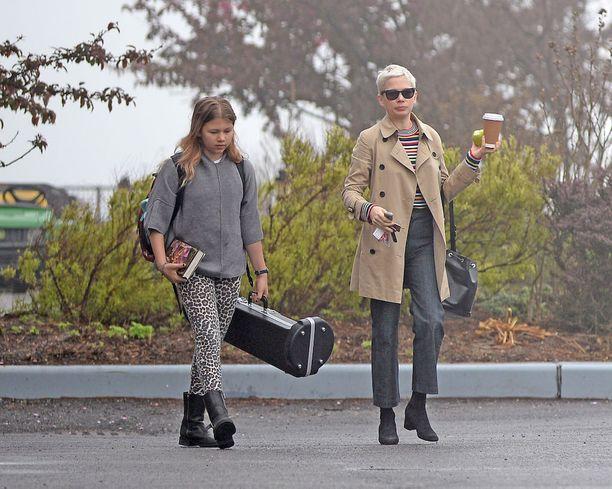 11-vuotias Matilda ja äiti Michelle Williams asuvat Brooklynissä.