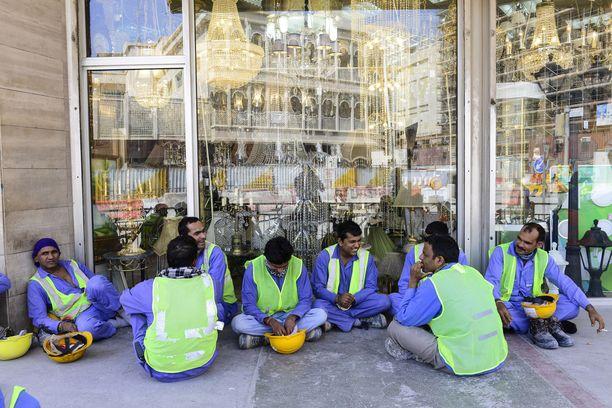 Qatarin MM-kisat järjestetään rakennustyöläisten selkänahasta. Inhimillinen lasku on kova.