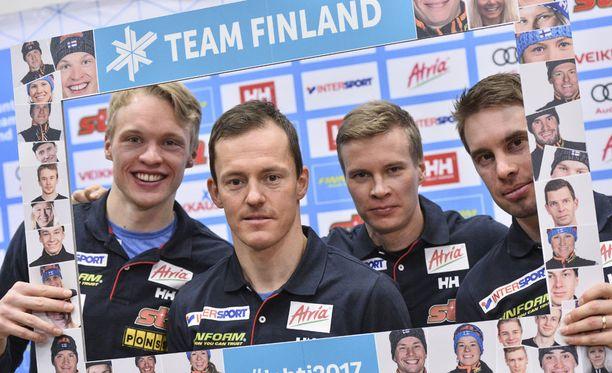Iivo Niskanen (vas.), Sami Jauhojärvi, Matti Heikkinen ja Lari Lehtonen edustavat Suomea miesten viestissä perjantaina.
