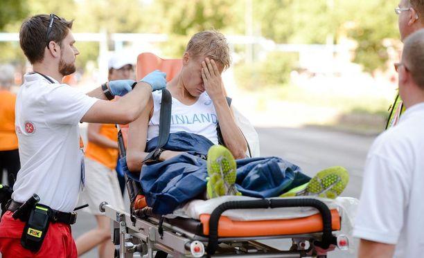 Aku Partanen lähti ambulanssikyydillä kisapaikalta ensiaputelttaan.