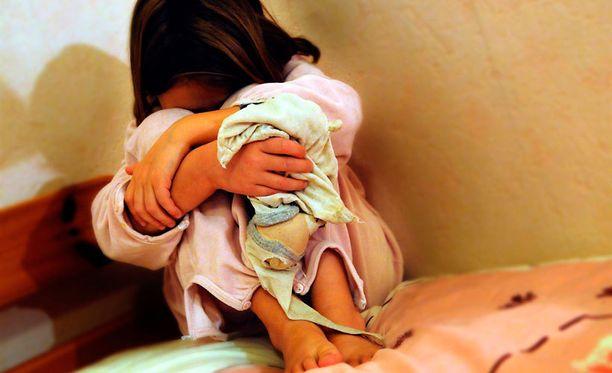 Lastensuojelulain mukaan lasten elämää ei voi rajoittaa kaavamaisesti jonain kasvatuskeinona. Kuvituskuva.