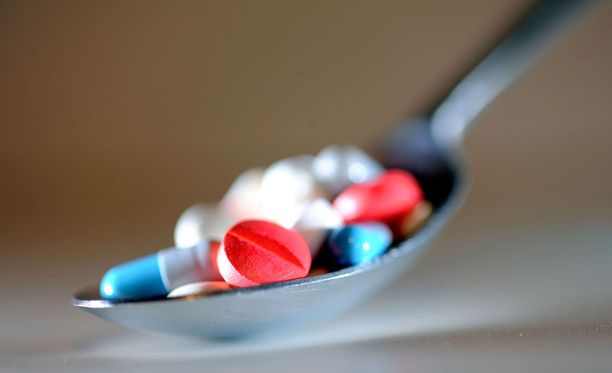 Joidenkin uusien lääkkeiden hinnat ovat karanneet järjettömän korkeiksi, sillä lääketehtailla on niihin pitkät patenttisuojat. Suomalaisasiantuntija pitää hinnoittelua moraalittomana.