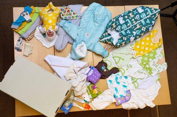 Vuoden 2015 äitiyspakkaus näytti tältä. Uusina tuotteina pakkauksessa olivat kuumemittari ja nännivoide.