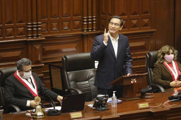 Vielä viime kuussa Perun kongressi päätti, että presidentti Martin Vizcarra (keskellä) nauttii sen luottamusta.