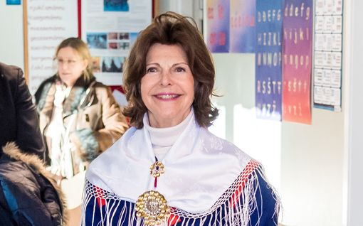 Kuningatar Silvia mahtuu yhä 27 vuotta vanhaan saamenpukuun – kuningaspari körötteli porokyydillä: Katso kuvat