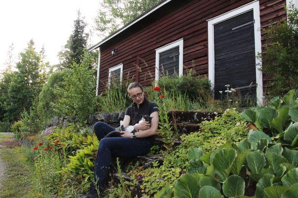 Kati Tuomola asuu Kiikoisissa vanhalla maatilalla. Hän tekee kiertävää hevoseläinlääkärityötä 100 kilometrin säteellä Satakunnan ja Pirkanmaan alueilla.