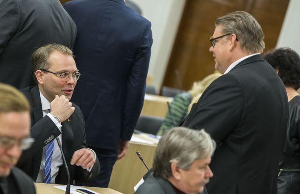 """Timo Soini kiitti """"ministeri Niinistöä erinomaisesta toiminnasta"""", kun eduskunnassa käsiteltiin 8. maaliskuuta valtioneuvoston puolustusselontekoa."""