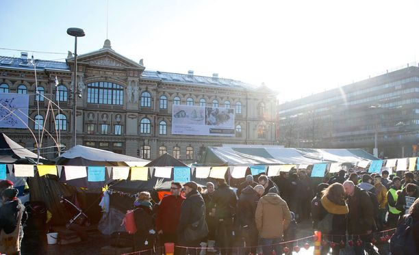 Turvapaikanhakijoiden mielenosoitus Rautatientorilla.