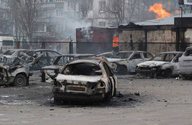 Raskas rakettituli raunoitti Mariupolia lauantaina.