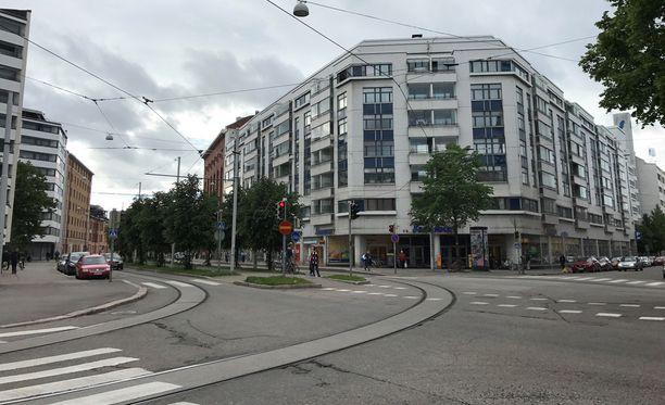 Asunto sijaitsee kuvassa olevassa talossa, jonka katutasossa sijaitsee S-market.