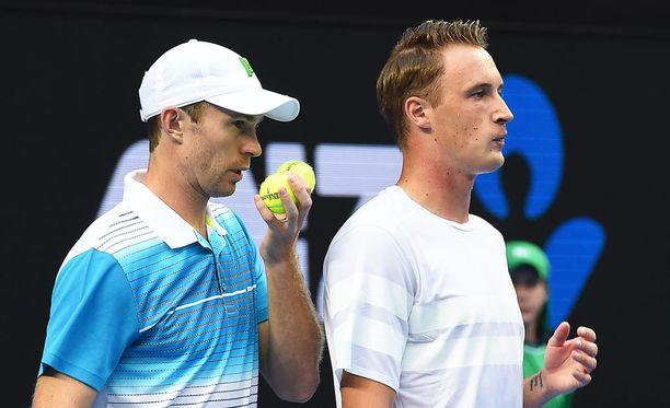 John Peersillä (vasemmalla) ja Henri Kontisella kulkee Wimbledonissa. Arkistokouva.