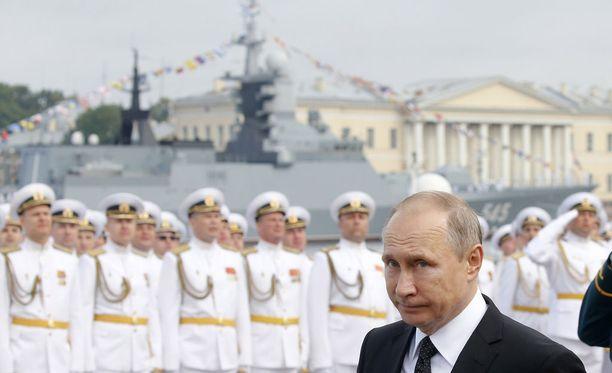 Presidentti Vladimir Putin viime vuoden laivastoparaatissa Pietarin edustalla.