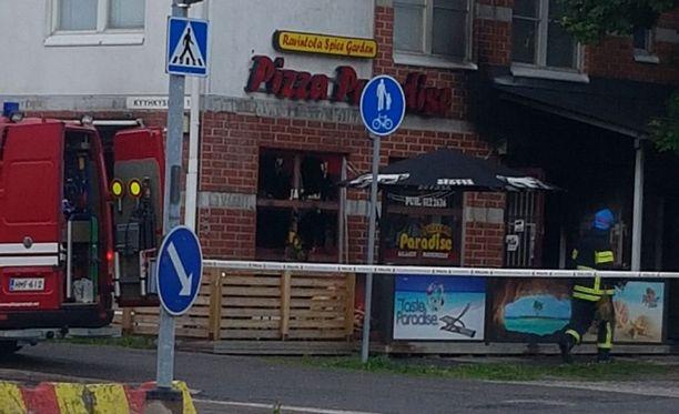 Espoossa Lintuvaarantiellä sunnuntaina palaneen pizzerian omistaja kertoo kahden miehen heittäneen ravintolaan polttopullon.