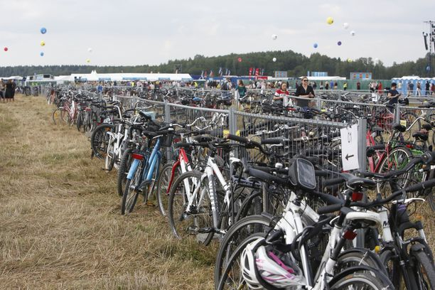 Tuhannet ihmiset saapuivat konserttiin pyörällä.