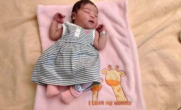 Viiden kuukauden ikäinen Summer eli viranomaisten mukaan kolme tai neljä päivää vanhempiensa kuoleman jälkeen.