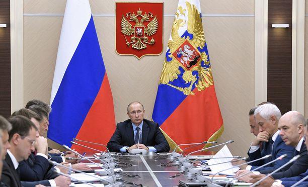 Yhdysvallat suunnittelee uusia pakotteita, jotka ulottuvat Putinin lähipiiriin.