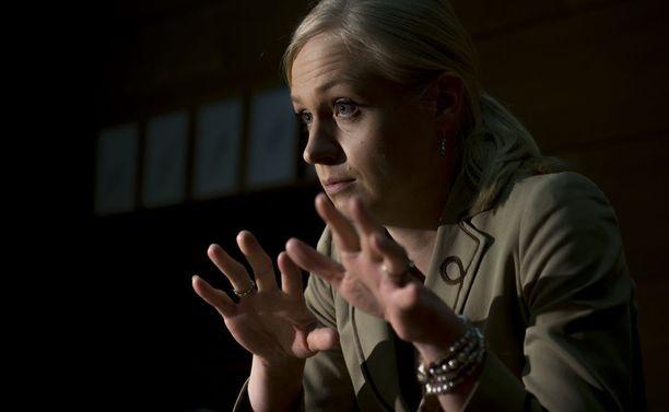 """Kokoomuskansanedustaja Elina Lepomäki vitsaili kokoomuksen miehille keskittyvästä vallasta, että """"onhan se tietysti kätevämpää, kun ei tarvitse lämmittää kuin yksi sauna""""."""