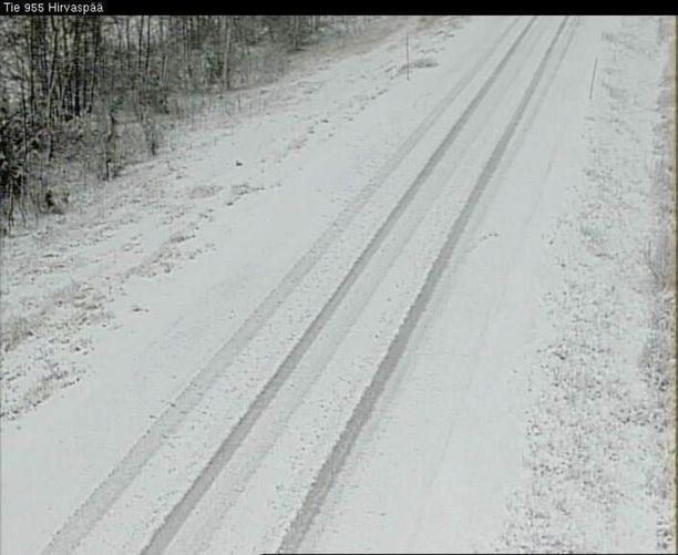 Saariselän suunnalla lunta oli tiellä jo runsaasti.