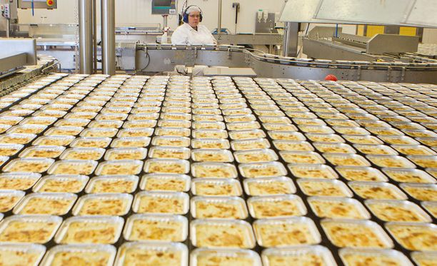Saarioisten tehtaalla Sahalahdella tehdään valmislaatikkoa.