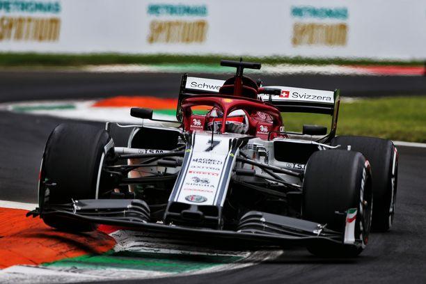 Kimi Räikkönen selvisi säikähdyksellä perjantaisesta ulosajostaan.