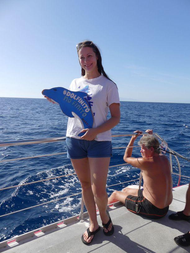 Maria Ojajärvi Teneriffalla, jossa vapaaehtoiset tarkkailevat ja kuvaavat valaita sekä delfiinejä katamaraaneilla. Kun katamaraanille ei sääolosuhteiden vuoksi pääse, auttavat monet vapaaehtoiset rescue-koiratarhalla.