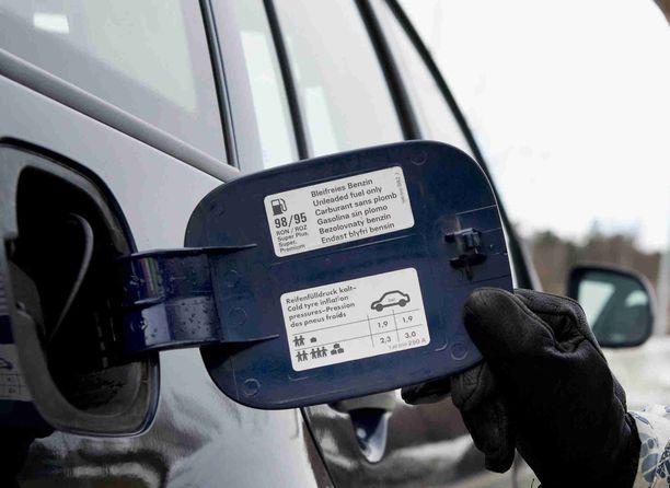 Auton oikeat rengaspaineet on usein merkitty bensaluukun sisäkanteen.