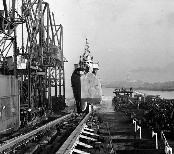USS Farenholt lasketaan vesille Bethlehem Steel Companyn telakalta marraskuussa 1941.