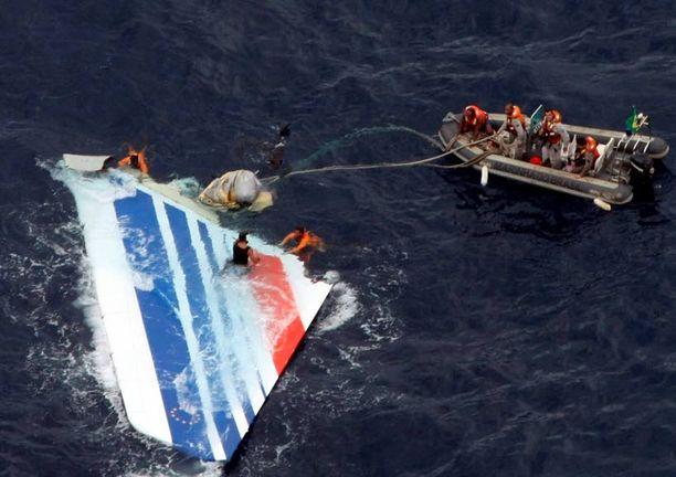 Mereen syöksyneen koneen hylyn kappaleita nostettiin merestä viime vuoden kesäkuussa.