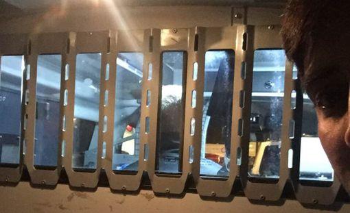 Ali odotti siirtoa poliisiautosta lentokoneeseen Helsinki-Vantaan lentokentällä keskiviikkoiltana.