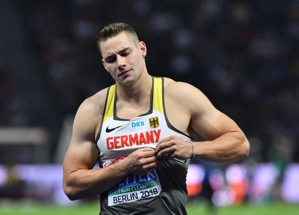 Muskelimies Johannes Vetter nostaa penkistä 220 kiloa.