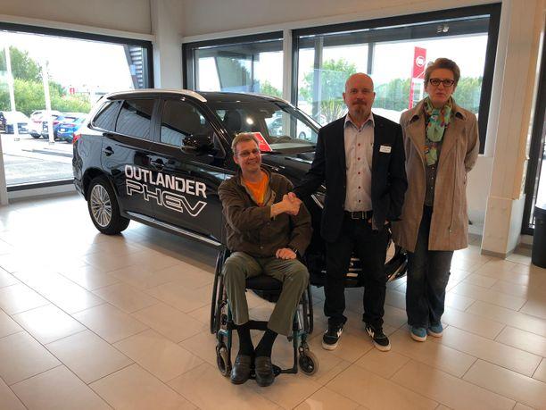 Ismo ja Lidia Alaraudanjoki ovat olleen Rinta-Joupin Autoliikkeen asiakkaita vuosien ajan. Myyjä Mika Haataja (kesk.) teki hyvän tarjouksen Mitsubishi Outlander PHEV:istä.