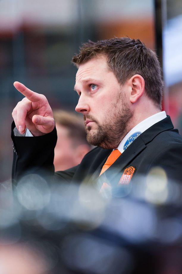 Antti Pennanen luotsaa Nuoria Leijonia vuodenvaihteen MM-kisoissa Edmontonissa.