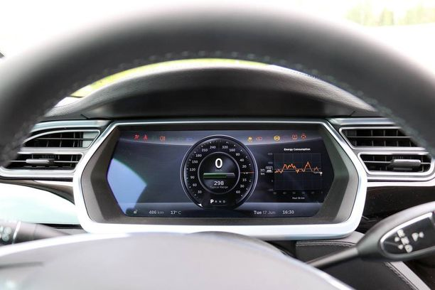 """Useimmat """"rajoitusten mukaan"""" ajavat tulevat Teslaa vastaan perä edellä. Teslan mittari ei huijaa."""