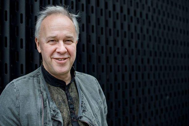 Vepe Hänninen teki esikoisalbuminsa Tyhjät tuolit yhteistyössä Edu Kettusen kanssa.