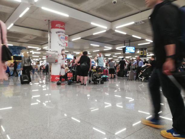 Mallorcalla ihmiset odottivat lentokentällä koko päivän lennon lähtöä.