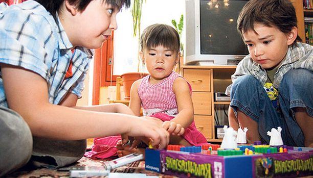Syksyllä Pauloksen ja Johannan rasavillit Joonatan ja Elias sekä pirpana pikkuprinsessa Aliisa aloittava kansainvälisen koulun Hong Kongissa.