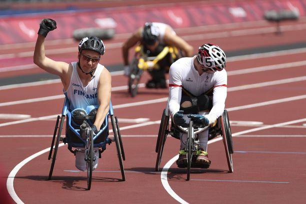 Toni Piispasella oli aihetta tuulettaa voitetun paralympiakullan jälkeen.
