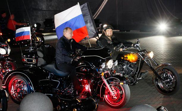 """Putin ja Yön sudet -moottoripyöräjengin johtaja, """"Kirurginakin"""" tunnettu Aleksandr Zaldostanov kuvattiin Novorossijskin kaupungissa elokussa 2011."""