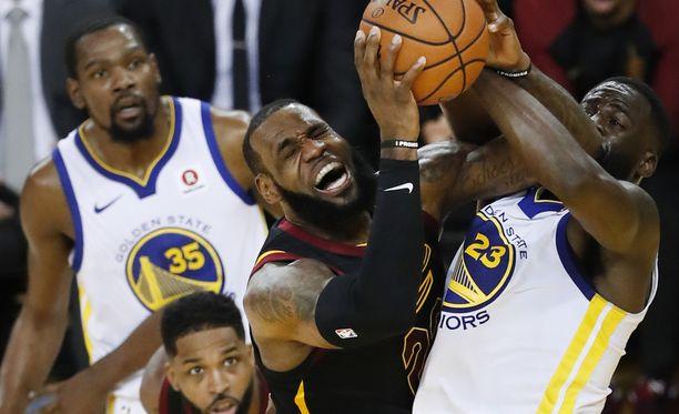 LeBron James urotyöt eivät riittäneet voittoon Golden State Warriorsia vastaan.
