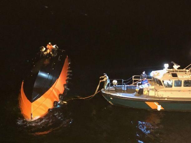 Miehistö jäi loukkuun, kun luotsivene kääntyi ylösalaisin.