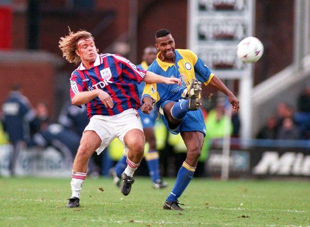 Brolin kohtasi ex-seuransa Leedsin pelatessaan Crystal Palacessa. Kuvassa hän taistelee Leedsin Lucas Radeben kanssa tammikuun 1998 ottelussa.
