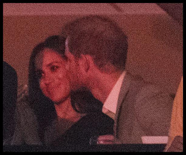 Prinssi Harryn on nähty jo julkisesti pusuttelevan rakastaan.