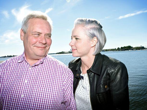Antti Rinne ja Heta Ravolainen-Rinne tutustuivat aikoinaan työkuvioissa. Ratkaiseva asia suhteen syntymiselle oli joululahjasuklaalevy.