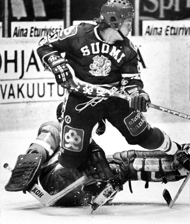 Hagman pelasi neljä kautta NHL:ssä ja WHA:ssa, mutta ehti myös pelata 104 A-maaottelua ja edustaa Suomea neljä kertaa MM-kisoissa, kolme kertaa Kanada-cupissa ja kerran olympialaisissa. Kuva ottelusta Tshekkoslovakiaa vastaan vuodelta 1982.