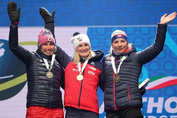 Ampumahiihdon MM-kisojen pikamatkan palkintopallilla nähtiin Susan Dunklee (vas.) Yhdysvalloista, norjalainen Marte Olsbu Röiseland ja Tshekin Lucie Charvátová.