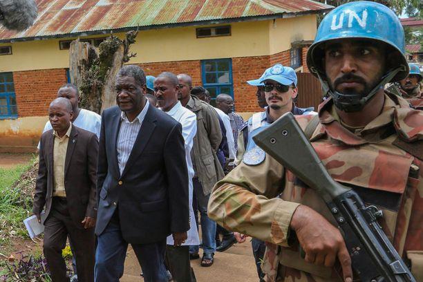 Lääkäri Denis Mukwege puhuu uhrien puolesta omankin turvallisuutensa uhalla. Hän on joutunut aseellisen väijytyksen kohteeksi ja hänen poikaansa on ammuttu.