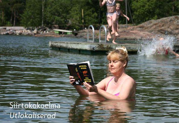 Kesäisissä tunnelmissa Ulla Lehtinen Leppävaaran Sellon kirjastosta (heinäkuu).